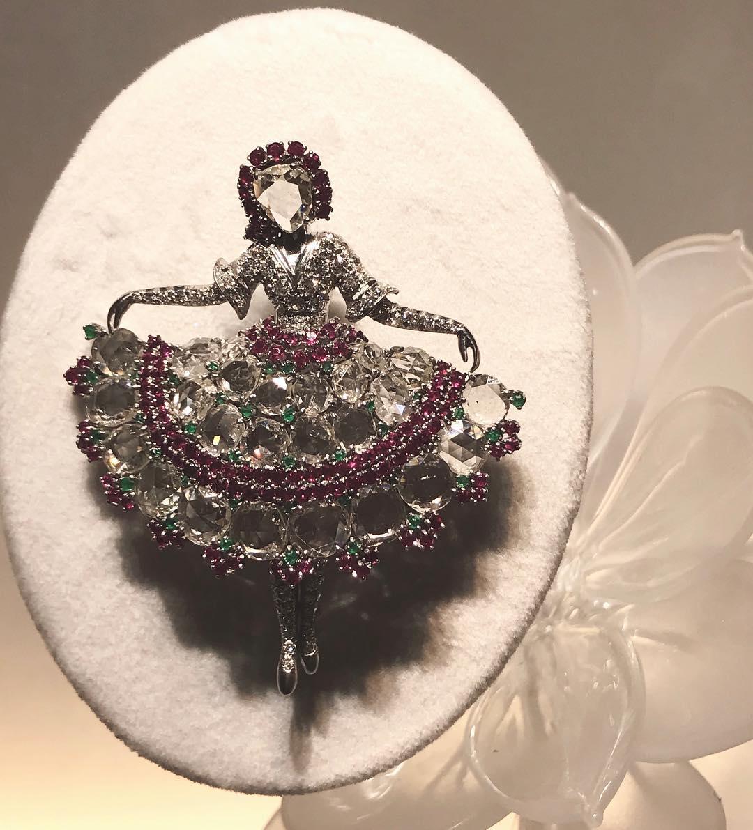 Dont miss the Precious Ballerinas exhibition @vancleefarpels boutique. Did you know? Claude Arpels created the first ballerina in America in 1941. #degasinspired  ___________ @christelkado @aurelie_bonkowski @vancleefarpels @catherine_cariou #preciousballerinas #placevendome #vancleefandarpels #vancleefinamerica #nyc #americanlover???????? #balletdancer @museeorsay #degasexhibition #degasworld