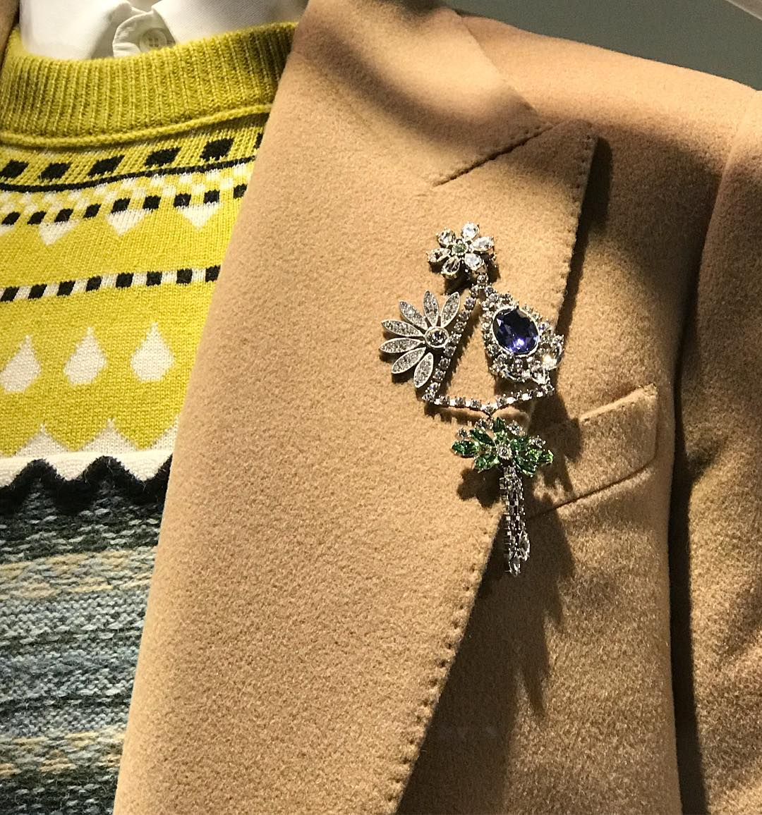 Brooch obsession. @burberry earrings worn as #brooches #togofurther click the link in the bio  __________ #display #earrings #detournementdobjet #broochobsession #allaboutbrooch #ruedufaubourgsainthonoré sainthonore #burberry #mywishlist #christmasgift #christmasalert #broocheveryday