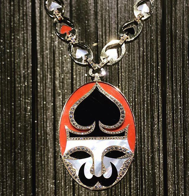 🇷🇺 Among my favorites pieces : this seventies pendant in #coral #motherofpearl #onyx #carteajouer #tributetofemininity  __________ @parismatch_magazine @elisabethlazaroo @lepinayv @marienoelbarrere @lucia_silvestri @vieira.emmanuelle