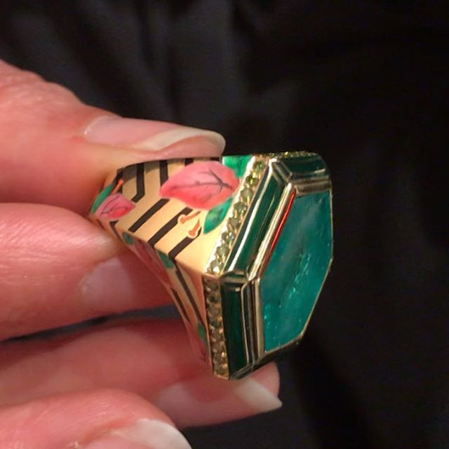 Among the hundreds of jewelry items I've seen over the past weeks, three particularly appealed to me including this @alicecicolini ring. More crushes click the link in the bio  _____________ #alicecicolini #muzoemeralds #colombianemerald #colombiangreen #jaipurcraft #londonjewelers #enamel #indiancolors