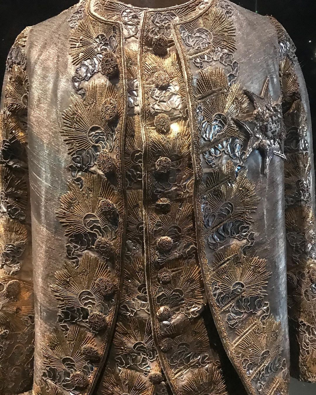 🇸🇪 in 1766 Sofia Magdalena and GustavIII wore shimmering silver wedding garments. The color considered to reflect the divine light For him gold embroidered suns glitter against shimmering blue clouds and for her a three meter long train The corset's waist measurement is only 53.5 cm ___________ #sofiamagdalena #gustaviii #royalarmoryofsweden #stockholm @swedense #insta_sweden #stockholm #royalarmoury #theroyalpalacestockholm #visitstockholm #swedenbeautifulplaces