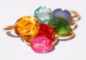 Plusieurs bagues en pierres taille cabochon de couleur par Marie-Hélène de Taillac