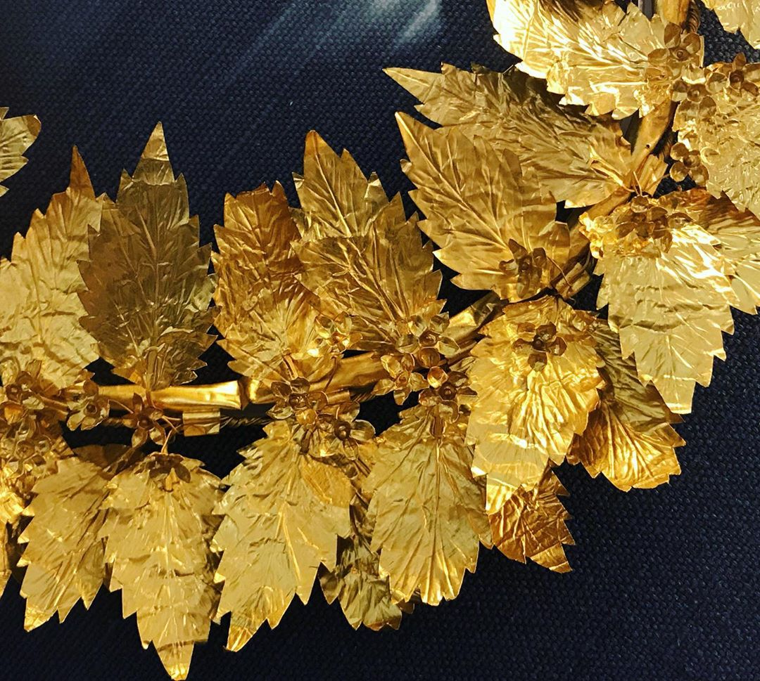 🇬🇷 One reason to go to the @thebenakimuseum is the incredibly well preserved gold wreath of oak leaves and flowers from the 2nd-1st c. BC Stay tuned on #TFJP to discover the 10 reasons
