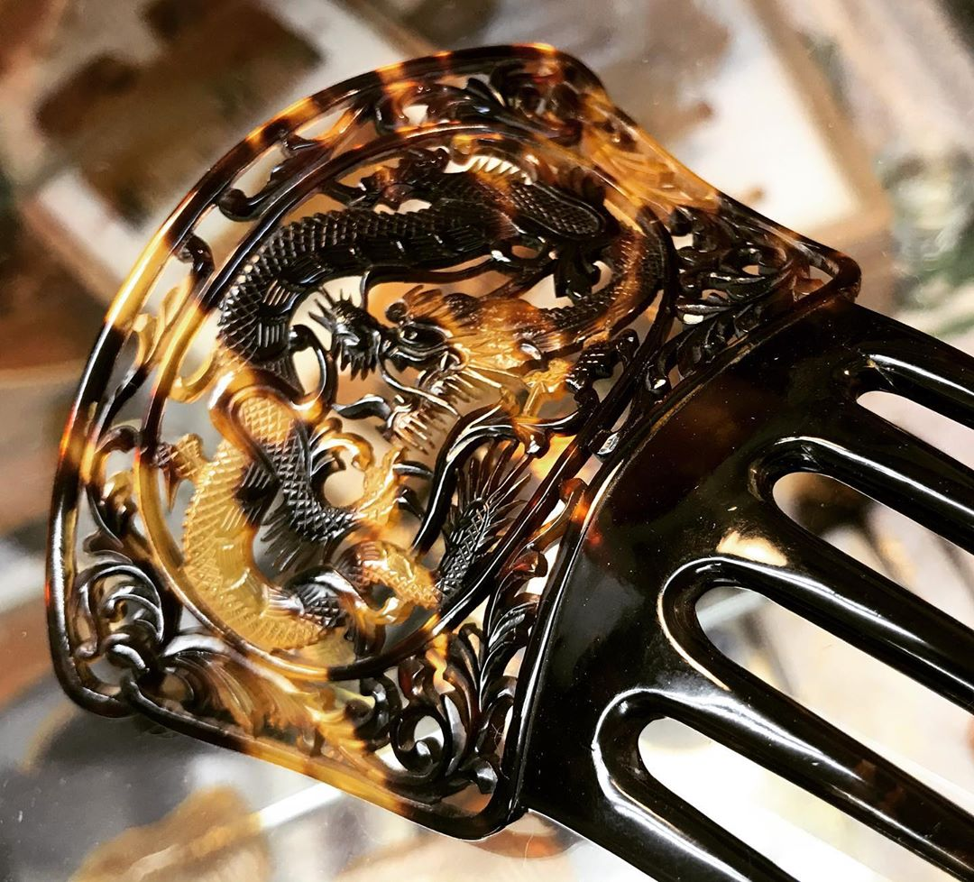 🇯🇵 #futaeda since 1883 Combs in #tortoiseshell Did you know ? I am writing on a #childrenbookart on #hairjewelry in history and on all continent If you have some good tips feel free to write me