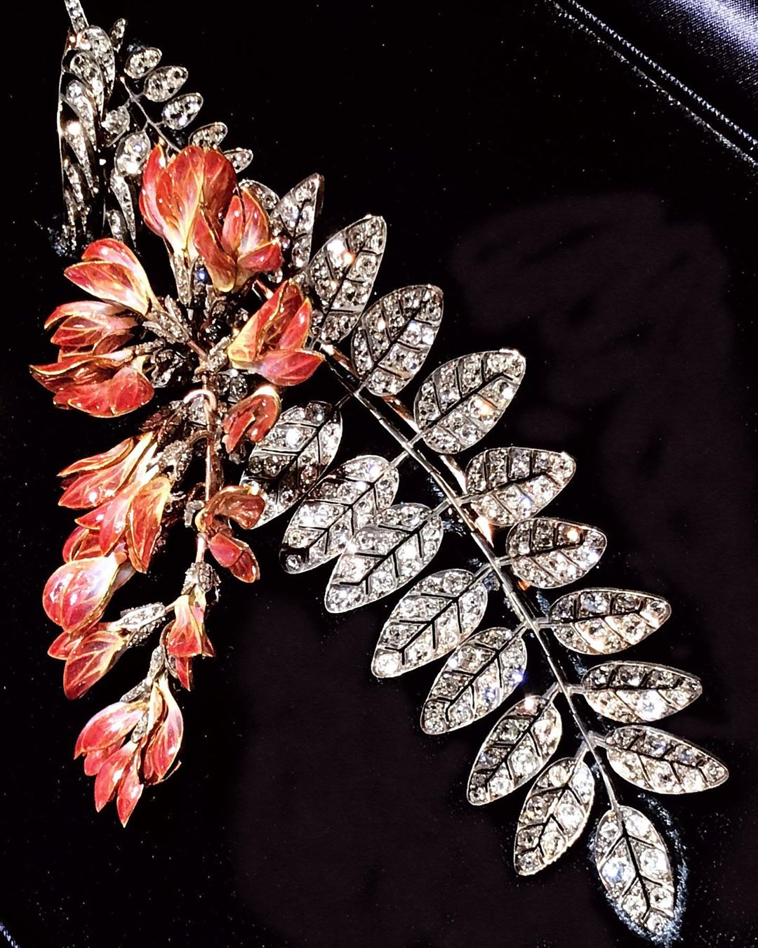 🇯🇵 A breathtaking @boucheron #pliqueajourenamel and diamonds brooch End of the #19thcentury From the @albionart.institute collection Stay tuned with my stories to see more pieces from the #albionartinstitute