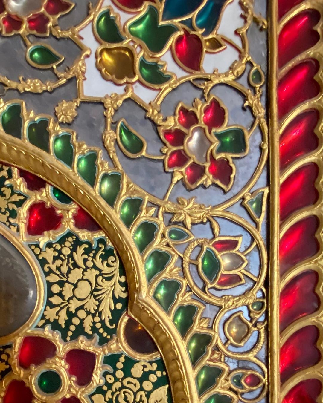 🇮🇳 #citypalacejaipur walls evoking kundan Did you know? #kundan is a traditional form of Indian gemstone jewelry involving a gem set with a gold foil between the stones