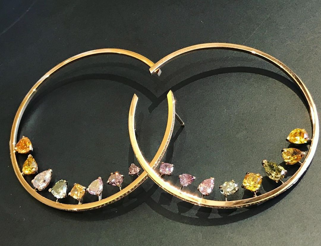 It's all about #coloreddiamonds on these hoops by @messikajewelry @valeriemessika Did you know ? The particularity of colored diamonds, unlike colorless ones, is to absorb all the wavelengths (i.e. colors) of the rainbow except one, its own. More in my bio #yellowdiamond #colordiamonds #pinkdiamonds #messikajewelry #valeriemessika #diamantscognac #argylepinkdiamonds #naturaldiamonds @lecolevancleefarpels #lecoledesartsjoailliers